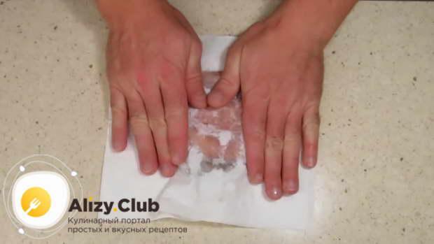 обсушите бумажными полотенцами горбушу