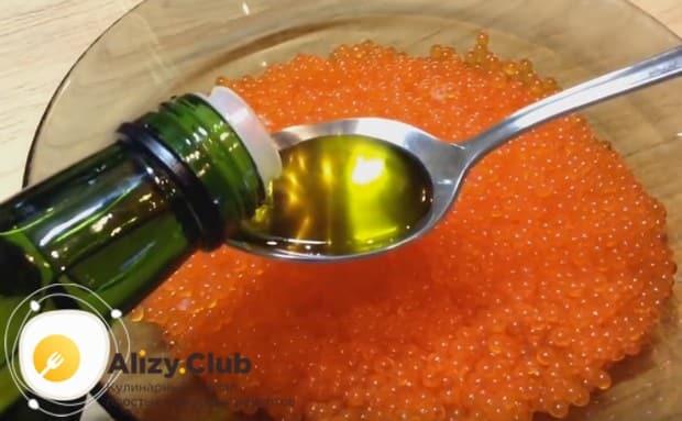 Добавляем в практически готовую икру оливковое масло и перемешиваем.