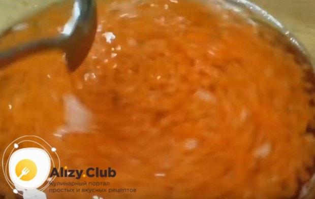 выкладываем икру в новую порцию соленой воды, перемешиваем.