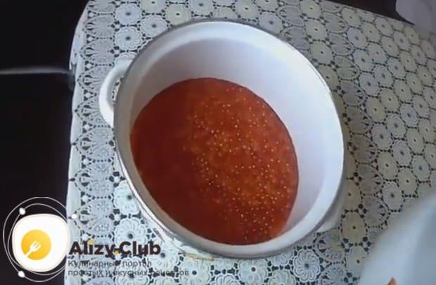 Посмотрите у нас также видео о том, как мы солим икру горбуши в домашних условиях.