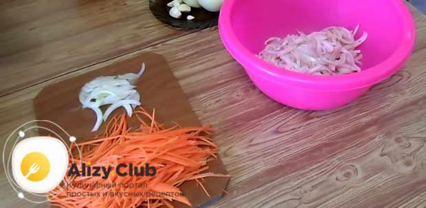 На терке для моркови по-корейски натираем 170 г сырой моркови