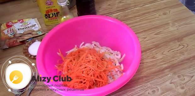 Добавляем заправку из овощей к кальмарам
