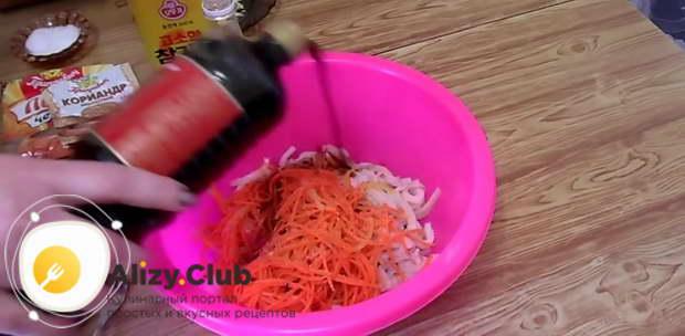 Заправляем салат соевым соусом
