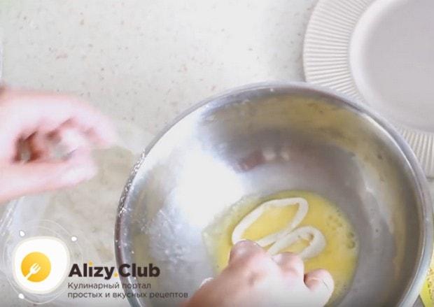 Каждое колечко обваливаем в муке, а затем обмакиваем в яйце.