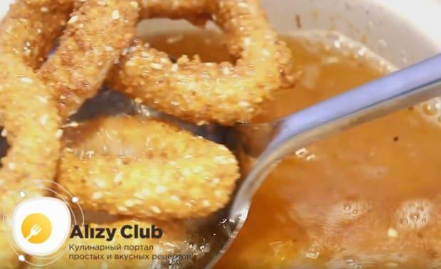 Жареные кальмары в кляре надо переложить со сковороды на бумажные салфетки, чтобы избавить от остатков масла.