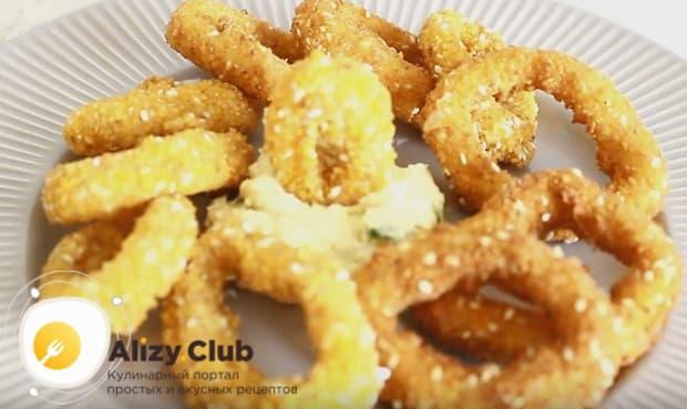 Подавайте кольца кальмаров в кляре с соусом, как в нашем рецепте с фото.