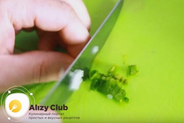 Нарезаем несколько перышек зеленого лука.