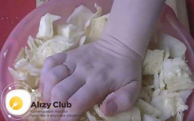 нарезанную капусту складываем в миску, добавляем соль, сахар и хорошенько разминаем.