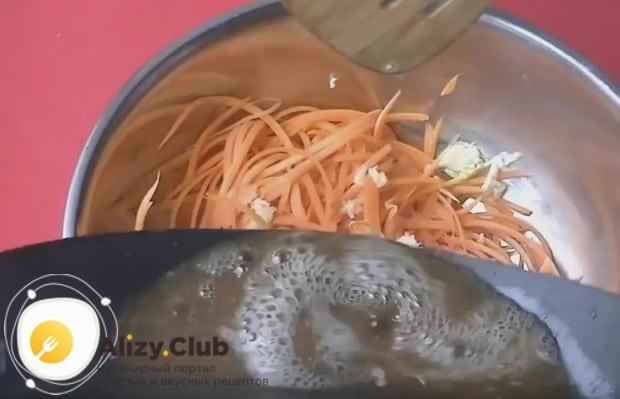 Горячим растительным маслом с пряностями заливаем морковь.