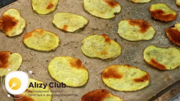 С появлением на картофельных дольках румяных пятен их стоит перевернуть