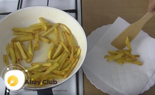 Обязательно перекладываем картошку на салфетки, поскольку лишний жир испортит вкус блюда.