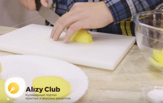 Чтобы приготовить картошку фри в домашних условиях в духовке, нарезаем очищенный и промытый картофель брусочками.