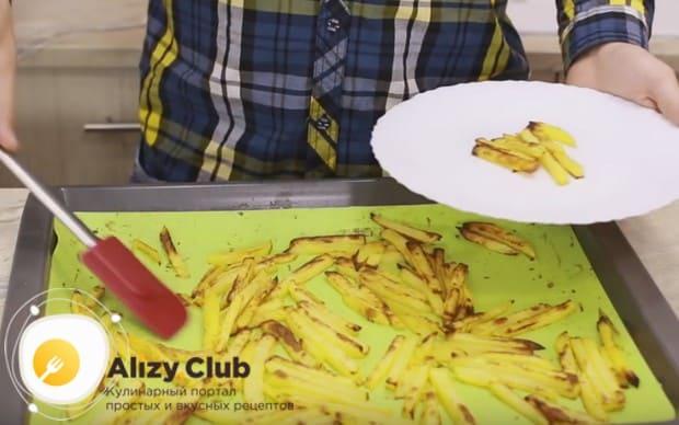 Картошка фри в духовке без масла готовится буквально минут 25.