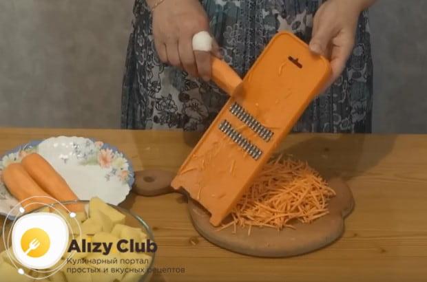 Натираем на терке морковь.
