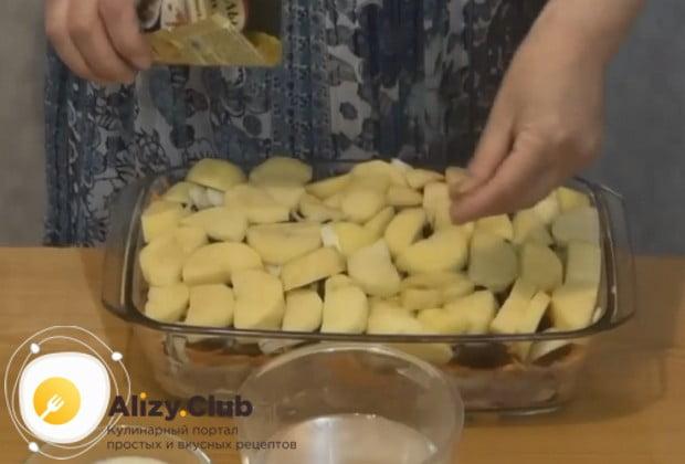 Последним слоем блюда делаем картошку, посыпаем ее специями и солью.