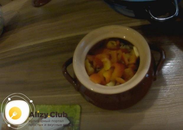 Далее закладываем в горшочки порезанный на кусочки болгарский перец.