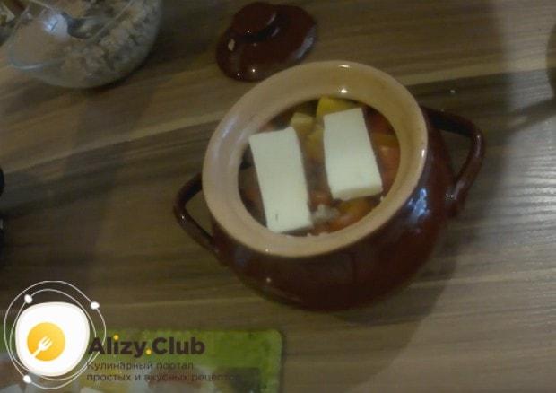 Сверху кладем несколько кусочков плавленого сыра.