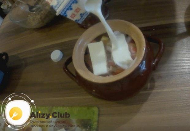 Добавляем несколько столовых ложек молока и отправляем блюдо в духовку.