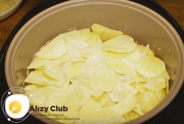 Верхним слоем блюда делаем картошку, смазанную майонезом.