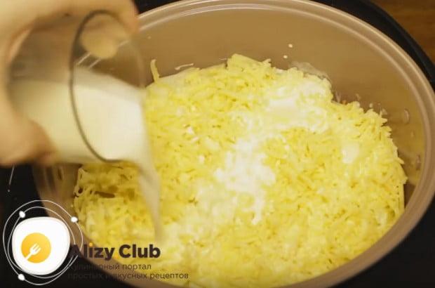 Посыпаем блюдо сыром и заливаем сливками.