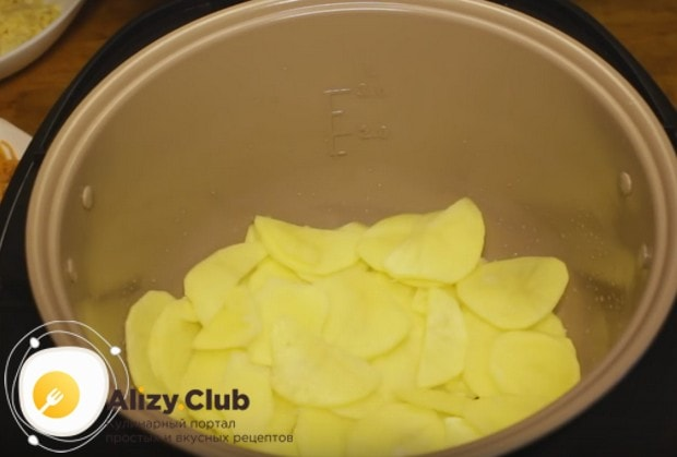 Выкладываем на дно мультиварки треть подготовленного картофеля.
