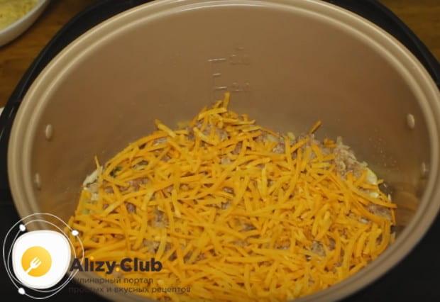 На фарш выкладываем половину морковки.