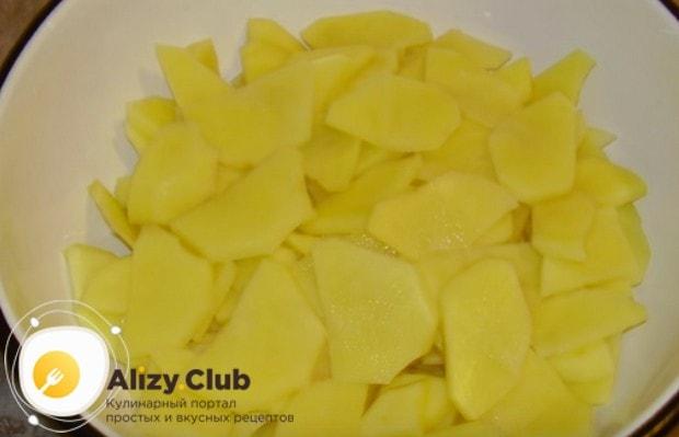 Независимо от того, хотите вы приготовить запеченную картошку с грибами или грибы в горшочках с картошкой в духовке, лучше всего нарезать ее тонкими кружочками.