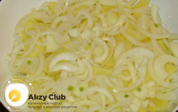 Картошка с грибами в духовке с майонезом или сметаной непременно готовится с луком, поэтому нарезаем его полукольцами.