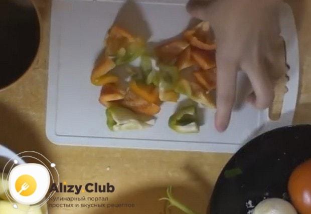 Крупными кубиками нарезаем очищенный от семян и плодоножки болгарский перец.