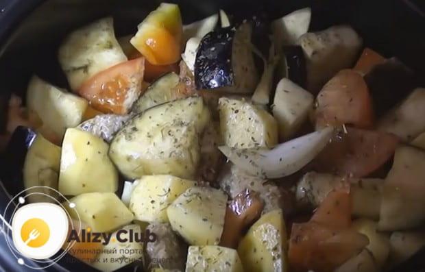перемешиваем компоненты блюда, добавляем воду, а также соль по вкусу и специи.