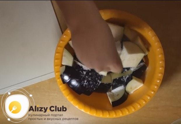 Баклажаны нарезаем крупными кубиками, складываем в миску и солим.