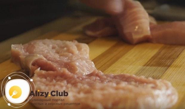 Мясо режем сначала кусочками побольше и отбиваем его.
