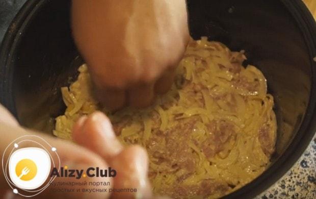 На картошку кладем половину мяса.