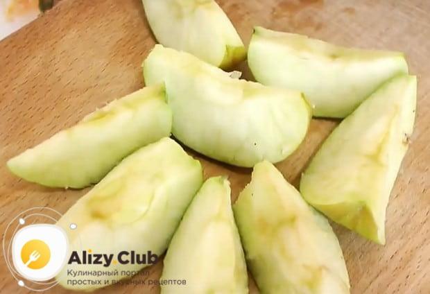 Моем яблоки, избавляем от сердцевин и режем их дольками.