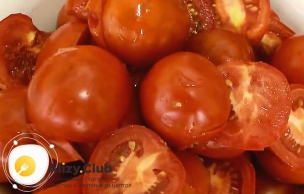Разрезаем пополам помидоры.