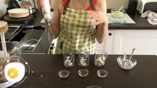 Для приготовления киевского торта. приготовьте крем для украшения