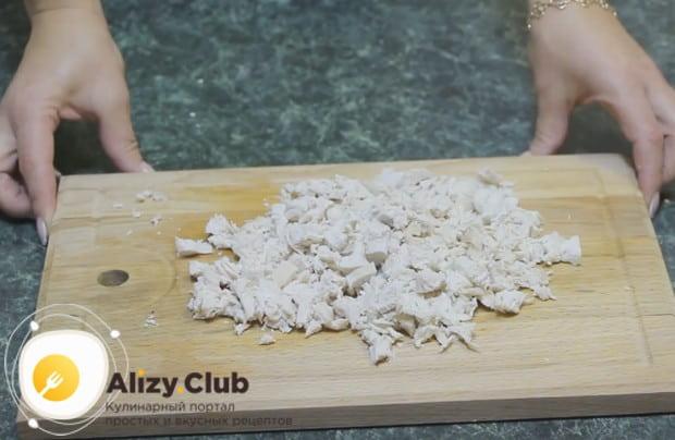 Отваренное филе тоже режем мелкими кусочками.