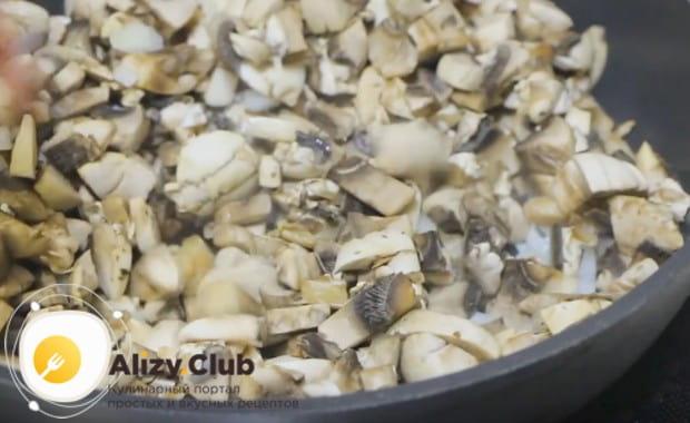 Добавляем грибы, перемешиваем.