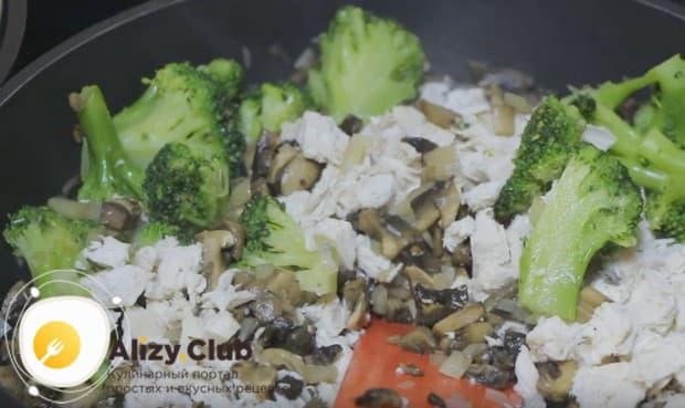 Теперь добавляем на сковороду брокколи и курицу.