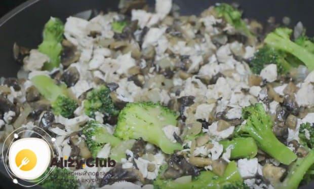 Начинка для приготовления киша с курицей и грибами и брокколи должна остыть.