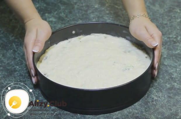 Распределяем заливку по всей поверхности пирога.