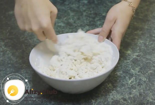 Начинаем замешивать тесто, сначала ложкой или вилкой, а потом руками.