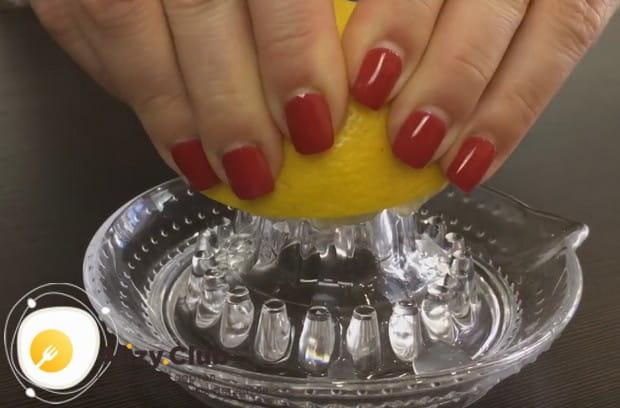 В этом простом рецепте кисло-сладкого соуса мы используем также сок лимона.
