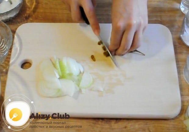 Нарезаем острый перец и лук.