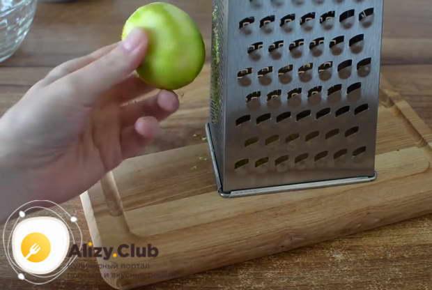 Снимаем с помощью терки цедру с половинки лимона
