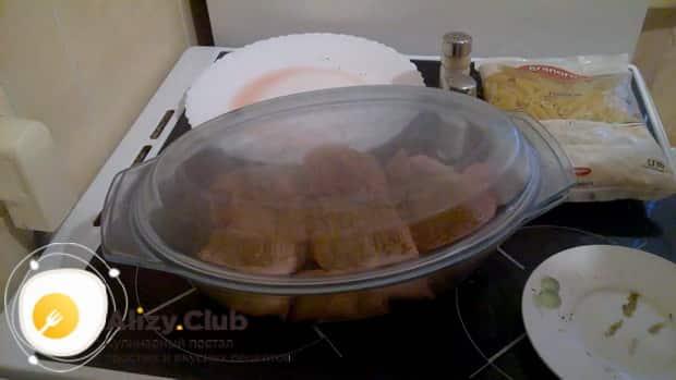 Для приготовления макаронов с курицей в духовке, включите духовку
