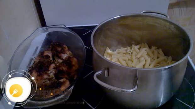 Для приготовления макаронов с курицей в духовке, подготовьте все ингредиенты