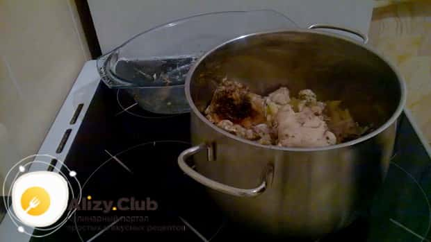Для приготовления макаронов с курицей в духовке, смешайте ингредиенты