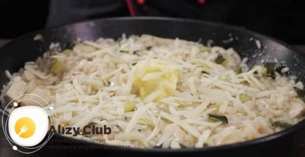 По рецепту, для приготовления классического ризотто с грибами, заправьте маслом и сыром.