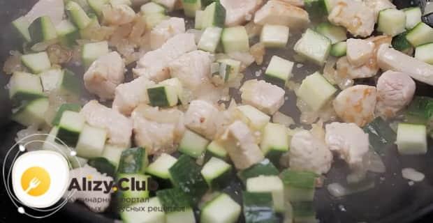 По рецепту, для приготовления классического ризотто с грибами, добавьте цукини